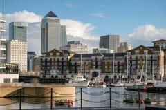 LONDON - FEBRUARI 12: Canary Wharf och andra byggnader i Dockl Arkivbild