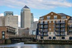 LONDON - FEBRUARI 12: Canary Wharf och andra byggnader i Dockl Arkivfoton