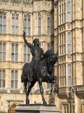 LONDON - FEBRUARI 3: Richard den Lionheart statyn utanför Het arkivbilder