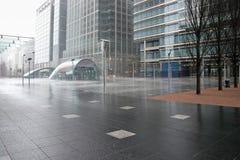 LONDON - FEBRUARI 12: Störtregn som dunkar Canary Wharf, badar royaltyfri foto