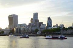 London finansiella områdesskyskrapor över Thames River Fotografering för Bildbyråer