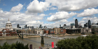 London-Finanzbezirk von Themse stockbilder
