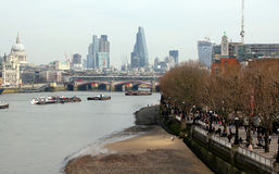 London-Fluss und -skycrapers stockbilder
