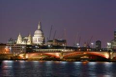 London-Flussszene bis zum Nacht Lizenzfreie Stockfotos