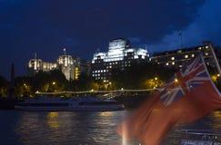 London-Gebäude bis zum Nacht durch die Fähre Stockfotos