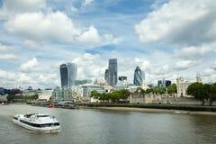London-Geschäftsgebiet, mit Boot auf der Themse Stockfotografie