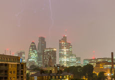 London-Geschäftsgebiet unter Unwetter Blitz strikin Lizenzfreies Stockfoto
