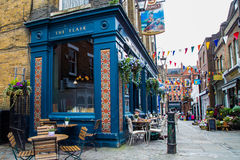 LONDON, Großbritannien - April, 13: Äußeres der Kneipe, für das Trinken und das Sozialisieren, Schwerpunkt der Gemeinschaft lizenzfreie stockfotografie