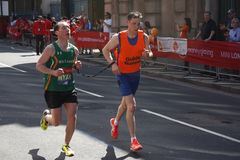 London, Großbritannien April 2018: Blinder Läufer im London-Marathon Lizenzfreie Stockbilder