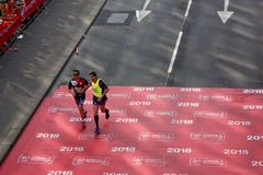 London, Großbritannien April 2018: Blinder Läufer im London-Marathon Stockfotografie
