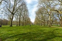 LONDON, Großbritannien - April12, 2016: - Briten, die oben in grünem Parkne kühlen Lizenzfreie Stockfotografie