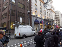 Die Medien außerhalb des Ritz, in dem Margaret Thatcher gestorben ist Lizenzfreies Stockfoto