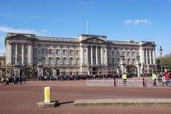 LONDON, Großbritannien - 6. April 2017: Mengen erfassen äußeres Buckingham Palace, um das Ändern der Schutzzeremonie aufzupassen Stockbilder