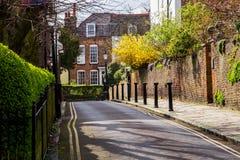 LONDON, Großbritannien - April, 13: Typische englische Straße im Frühjahr mit Victorianhäusern in London Stockfotos