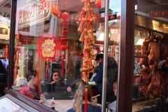 LONDON, Großbritannien - 16. Februar 2018: Leute feiern Chinesisches Neujahrsfest im Restaurant bei Chinatown, London lizenzfreies stockfoto