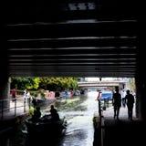 London Großbritannien Großartiger Verbands-Kanal in wenigem Venedig, Paddington Schattenbilder von den Leuten, die unter die Brüc lizenzfreie stockbilder