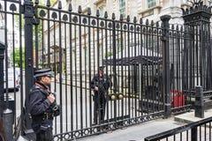LONDON Großbritannien - 4. Juni 2017: Bewaffnete Polizei schützt die Tore in Downing Street in Westminster, London Lizenzfreies Stockbild