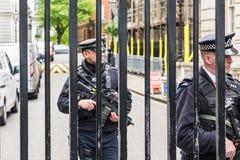 LONDON Großbritannien - 4. Juni 2017: Bewaffnete Polizei schützt die Tore in Downing Street in Westminster, London Lizenzfreie Stockfotos