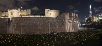 London, Großbritannien - 6. November 2018: Über dem vertiefenden Schatten am Tower von London hinaus - eine Installation von 10.0 stockbilder