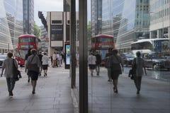 LONDON, Großbritannien - Reflex des Stadtlebens Stockbild