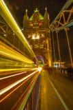 London Großbritannien - Turm-Brücke - in der Nacht - lange Belichtung lizenzfreie stockfotos