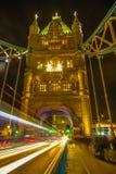 London Großbritannien - Turm-Brücke - in der Nacht - lange Belichtung stockbilder