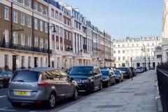 LONDON, Großbritannien - April, 14: London-Straße von typischen kleinen viktorianischen Reihenhäusern des 19. Jahrhunderts Lizenzfreie Stockfotografie