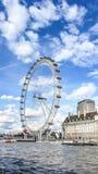 LONDON, GROSSBRITANNIEN - APRIL 2012: Das London-Auge in einem Hintergrund des blauen Himmels lizenzfreies stockfoto