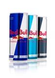 LONDON, GROSSBRITANNIEN - 12. APRIL 2017: Dosen Red Bull-Energie trinken Sugar Free und nullkalorien auf weißem Hintergrund Red B Lizenzfreies Stockfoto