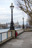 LONDON, GROSSBRITANNIEN - 17. APRIL: Laternenpfähle zeichneten Bahn mit Saint Paul lizenzfreie stockfotografie