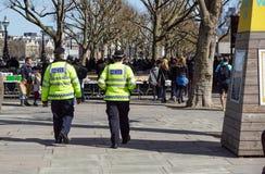 LONDON, GROSSBRITANNIEN - 22. APRIL 2017: : London-Polizei, die auf den Bürgersteig im Bezirk von Westminster geht Lizenzfreie Stockbilder