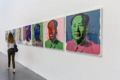 LONDON, GROSSBRITANNIEN - 2. AUGUST 2018: Besucher innerhalb der berühmten Tate Modern-Kunstgalerie stockfotos
