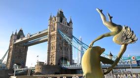 LONDON, GROSSBRITANNIEN - 11. DEZEMBER 2016: Ansicht der Turm-Brücke von St. Katharine koppelt mit der Scherbe im Hintergrund und Stockfotografie