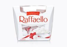 LONDON, GROSSBRITANNIEN - 7. DEZEMBER 2017: Ferrero Raffaello in einem Kasten auf Weiß Raffaello ist ein kugelförmiger Kokosnussm Lizenzfreies Stockfoto