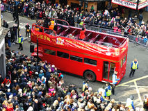 LONDON, GROSSBRITANNIEN - 14. FEBRUAR 2016: Roter doppelstöckiger Bus auf Chinesisch Lizenzfreie Stockbilder