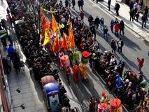 LONDON, GROSSBRITANNIEN - 14. FEBRUAR 2016: Teilnehmer mit Flaggen und lante Lizenzfreie Stockbilder