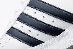 LONDON, GROSSBRITANNIEN - 2. JANUAR 2018: Adidas-Vorlagenschuhe Makro auf Weiß Deutscher multinationaler Konzern, der und Fertigu Lizenzfreie Stockfotos