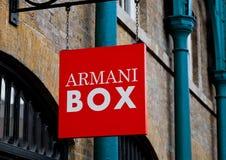 LONDON, GROSSBRITANNIEN - 2. JUNI 2017: Armani-Kasten, die erste Armani-Schönheit knallen oben Speicher in London Lizenzfreies Stockbild
