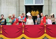LONDON, GROSSBRITANNIEN - 13. JUNI: Die Königsfamilie erscheint auf Buckingham Palace-Balkon während sich sammeln die Farbzeremon Stockfotos