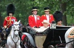 LONDON, GROSSBRITANNIEN - 13. JUNI: Königin Elizabeth erscheint während sich sammeln die Farbzeremonie, am 13. Juni 2015 in Londo Lizenzfreie Stockbilder