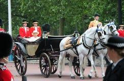 LONDON, GROSSBRITANNIEN - 13. JUNI: Königin Elizabeth erscheint während sich sammeln die Farbzeremonie, am 13. Juni 2015 in Londo Lizenzfreie Stockfotos