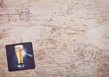LONDON, GROSSBRITANNIEN - 22. MÄRZ 2018: Bier Kronenbourg beermat coasteron Holz 1664 Stockfoto