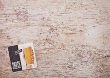 LONDON, GROSSBRITANNIEN - 22. MÄRZ 2018: Carlings-Bier ursprüngliches beermat Küstenmotorschiff auf Holz Lizenzfreies Stockbild