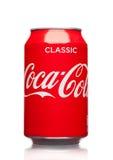 LONDON, GROSSBRITANNIEN - 21. MÄRZ 2017: A-Dose von Coca Cola-Getränk auf Weiß Das Getränk wird durch Coca-cola Company produzier Lizenzfreie Stockfotos
