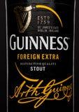 LONDON, GROSSBRITANNIEN - 21. MÄRZ 2017: Füllen Sie Aufkleber Guinness-fremden Extrabieres auf Schwarzem ab Guinness-Bier ist sei Lizenzfreies Stockfoto