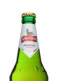 LONDON, GROSSBRITANNIEN - 23. MÄRZ 2017: Flasche Eisvogelbier auf Weiß Eisvogel ist das Nummer Eins-Bier von Indien Stockfotografie