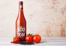 LONDON, GROSSBRITANNIEN - 10. MÄRZ 2018: Glasflasche von großem Tom würzte Tomatenmischung auf Holz Eine starke Mischung von den  Lizenzfreies Stockfoto