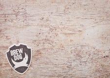 LONDON, GROSSBRITANNIEN - 22. MÄRZ 2018: Ipa Brewdog Punk-Handwerksbier ursprüngliches beermat Küstenmotorschiff auf Holz Stockfoto