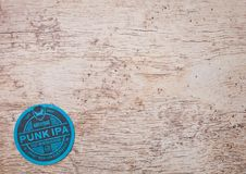 LONDON, GROSSBRITANNIEN - 22. MÄRZ 2018: Ipa Brewdog Punk-Handwerksbier ursprüngliches beermat Küstenmotorschiff auf Holz Lizenzfreie Stockbilder
