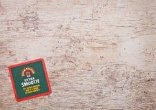 LONDON, GROSSBRITANNIEN - 22. MÄRZ 2018: John Smith-` s glattes beermat Extraküstenmotorschiff auf Holz Stockfotografie
